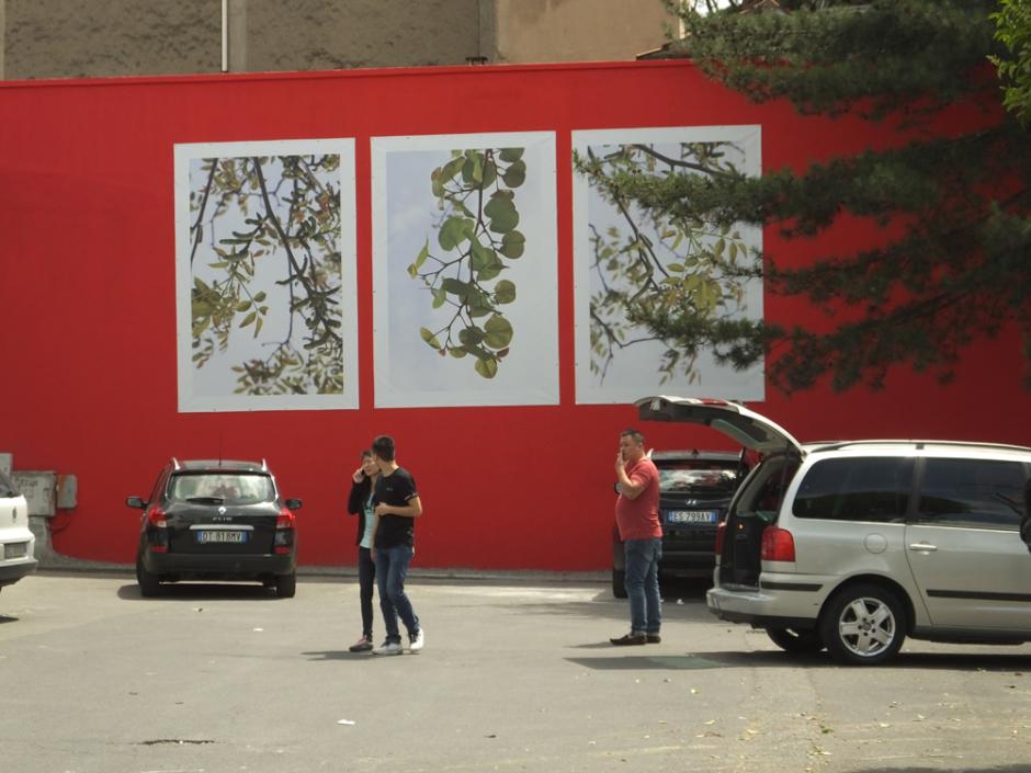 Veduta della piazza, zona via Pistoiese 142/146, Prato Sul muro: Andrea Abati. Borgo San Lorenzo, dalla serie La Forza della Natura, 2014 stampa su PVC, trittico cm. 350 x 240 cad.