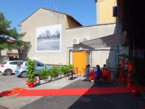 Veduta della piazza, zona via Pistoiese 142/146, Prato Sul muro: Bleda y Rosa, Burriana, dalla serie Campos de fútbol, 1993. Stampa su PVC