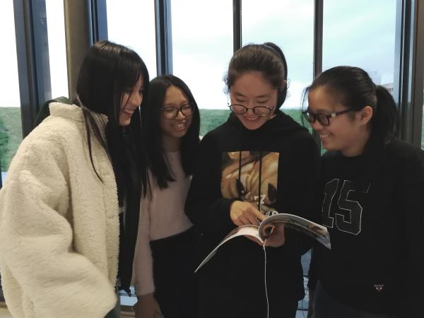 Gli studenti del Liceo Livi alla tavola rotonda La Via della Cina con la loro piccola pubblicazione